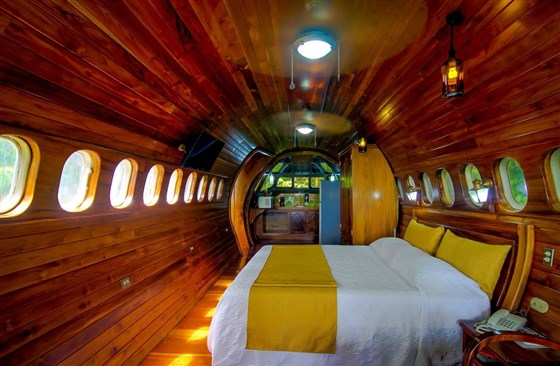 (Cockpit Cottage in the Boeing 727 is a Perfect for a Romantic Experience)